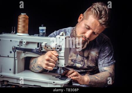 Ouvrier découpe cuir Cuir de formes pour un nouveau produit pour son studio. Banque D'Images