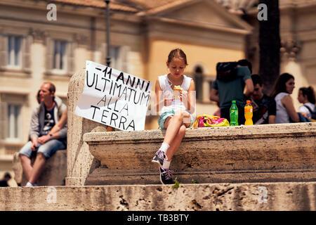 """Rome, Italie - très jeune fille assise à une grève contre le changement climatique tout en ayant des repas. Son inscription se lit comme suit: """"moins de 11 ans, Ultimatum à la Planète Terre' Banque D'Images"""