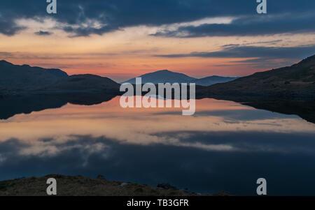 Lever de soleil à Snowdonia, heure d'or et rouge moody skies tôt le matin.