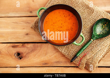 Soupe de lentilles dans une assiette à soupe sur une toile sur un fond de bois. Vue de dessus Banque D'Images
