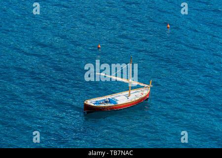 Vue aérienne d'un petit bateau de plaisance en bois avec voile et avirons dans la mer Méditerranée. Ligurie, Italie, Europe Banque D'Images