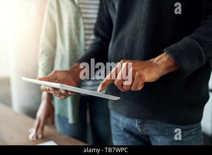 Close-up of a man using digital tablet Banque D'Images