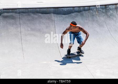 Atlanta, États-Unis - 20 Avril 2018: Quatrième Ward skatepark park en Géorgie le centre-ville de ville avec shirtless man doing sports patinage avec muscles Banque D'Images
