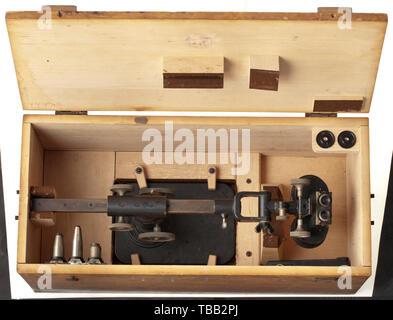 Un microscope spécial et la visionneuse de photos par Zeiss le spectateur avec l'acceptation de la marine impériale, 'Nr. 44433' et 'inscription du fabricant Carl Zeiss, Jena'. Monté sur un panneau en acier, réglable en hauteur et d'Acuity. Dans la boîte de transport de bois correspondant avec des accessoires comme les lentilles de remplacement, l'inventaire illisible stamp. Probablement utilisé pour l'analyse des prises de vue aériennes, historique historique., de la marine, des forces navales, militaires, militaria, branche de service, les directions générales de service, les forces armées, le service armé, objet, objets, alambics,-Clearance-Info Additional-Rights clippin,-Not-Available