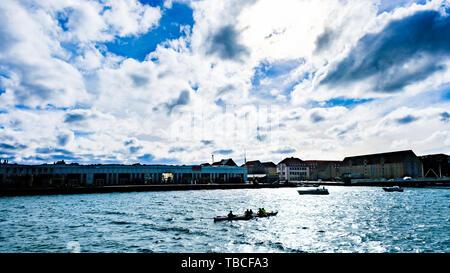Un ciel bleu impressionnant au-dessus de la mer du nord avec quelques rames en mer, Copenhague, Danemark. Banque D'Images