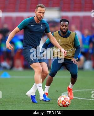 Tottenham Hotspur Harry Kane (à gauche) et Tottenham Hotspur's Danny Rose pendant une session de formation à l'Estadio Metropolitano, Madrid. Banque D'Images