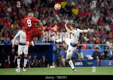 Madrid, Espagne. 01 Juin, 2019. Harry cligne de Tottenham Hotspur en concurrence pour le bal avec Roberto Firmino de Liverpool FC au cours de la finale de la Ligue des Champions 2019 match entre Tottenham Hotspur et Liverpool au stade Metropolitano de Wanda, Madrid, Espagne, le 1 juin 2019. Photo par Giuseppe maffia. Credit : UK Sports Photos Ltd/Alamy Live News Banque D'Images