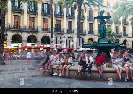 Fontaine de Plaça Reial (Place Royale) dans la journée à Barcelone, Espagne