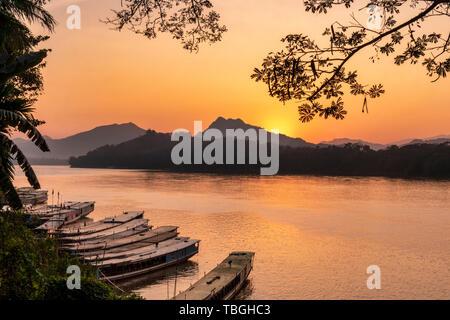 Au coucher du soleil sur le Mékong à Luang Prabang, les bateaux d'excursion, au Laos, en Asie du sud-est