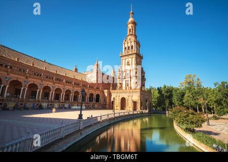 Place d'Espagne Plaza de España à Séville dans une belle journée d'été, l'Espagne . Banque D'Images