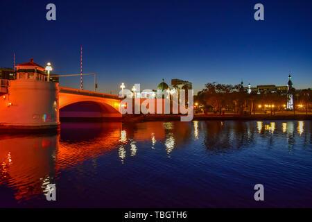 Tampa Bay, en Floride. 19 janvier , 2019 . Colorés et lumineux à l'ouest du pont Kennedy Boulevard sur fond bleu nuit.