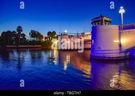 Tampa Bay, en Floride. 19 janvier , 2019 . Pont éclairé à West Kennedy Boulevard sur fond bleu nuit.