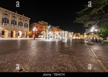 Nuit à Vérone. La Piazza Bra, la plus importante place de la vieille ville avec les bâtiments anciens et l'amphithéâtre romain de l'arène. Vénétie, Italie, Banque D'Images