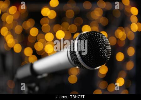 Microphone sur un fond sombre avec feux de flou artistique Banque D'Images