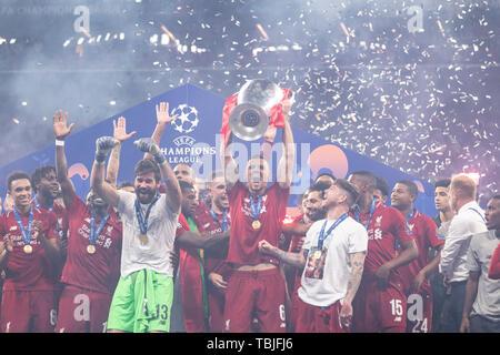 Madrid, Espagne. 1er juin 2019. Dejan Lovren (Liverpool FC) avec Trophy lors de la finale de la Ligue des Champions match entre Tottenham 0-2 Liverpool FC à l'Estadio Metropolitano de Madrid, Espagne, Juin 1, 2019. Credit: Maurizio Borsari/AFLO/Alamy Live News Banque D'Images
