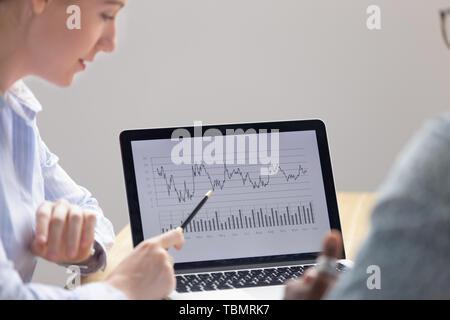 Close up portrait of female employee montrant les résultats du projet sur l'ordinateur portable Banque D'Images