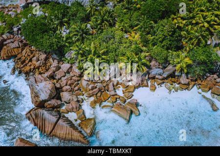 Drone aérien photo de blocs de pierre de la magnifique Anse Cocos Beach à La Digue, Seychelles