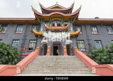 Chengdu, Sichuan Province, China - Sept 17,2017: escalier et porte d'entrée du bâtiment 6 de Huaxi Université des Sciences Médicales de la Chine occidentale Banque D'Images