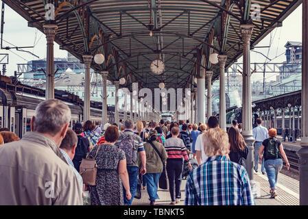 Foule de gens sur la gare après l'arrivée du train.