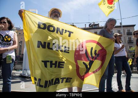 Madrid, Espagne. 09Th Juin, 2019. Tenir une banderole des manifestants lors d'une manifestation anti-nucléaire. Les écologistes de la Péninsule Ibérique, accompagné par des militants de l'Organisation des États, la Turquie, la France et l'Argentine, ont protesté à Madrid pour la fermeture des centrales nucléaires, les mines d'uranium et de haut niveau, la gestion des déchets radioactifs. En outre, les militants ont protesté contre un nouveau modèle énergétique pour éviter des cas comme celui de Tchernobyl en Ukraine et ont exigé la fermeture de la centrale nucléaire d'Almaraz en Espagne. Credit: SOPA/Alamy Images Limited Live News Banque D'Images
