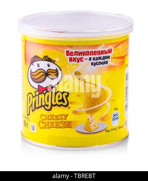 CHISINAU, MOLDOVA - Mars 16, 2018: puces de Pringles avec fromage pack isolé sur fond blanc Banque D'Images