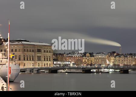 Ciel et mer de couleur argentée autour de Skeppsbron dans un hiver Stockholm, Suède Banque D'Images