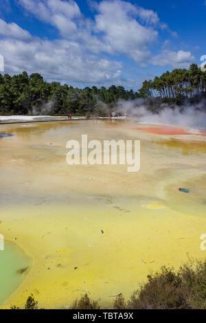 Champagne pool à Wai-O-Tapu thermal wonderland à Rotorua, en Nouvelle-Zélande. Rotorua est connue pour l'activité géothermique, geysers et le bain de boue situé à ar Banque D'Images
