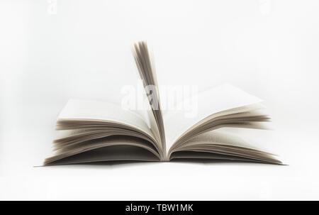 Le dépliage des livres sur fond blanc Banque D'Images