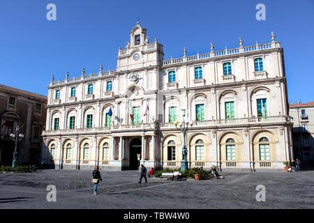 Catane, Sicile, Italie - 10 Avril 2019: bâtiment historique de l'Université de Catane, dans le centre-ville. C'est la plus ancienne université en Sicile. Situé sur la Piazza Universite Square. Banque D'Images