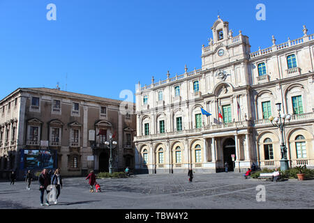 Catane, Sicile, Italie - 10 Avril 2019: sur la Piazza Universita Square dans le centre-ville. Beau bâtiment historique de la plus ancienne université. Attraction touristique populaire. Banque D'Images