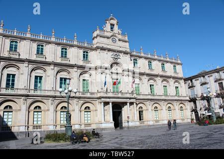 Catane, Sicile, Italie - 10 Avril 2019: bâtiment historique de la plus ancienne université de photographié à côté de la Piazza Universita Square avec personnes à pied dans le centre-ville. Banque D'Images