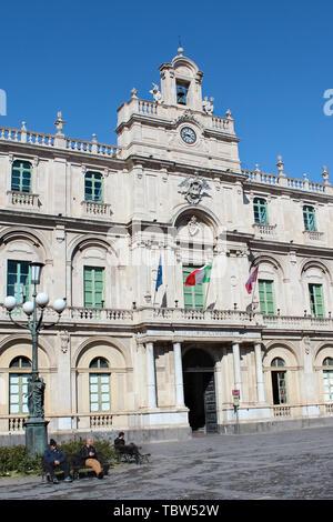 Catane, Sicile, Italie - 10 Avril 2019: la photographie verticale la capture de l'étonnant bâtiment historique de l'Université de Catane, la plus ancienne université en Sicile. Prises de la Piazza Universita Square. Banque D'Images
