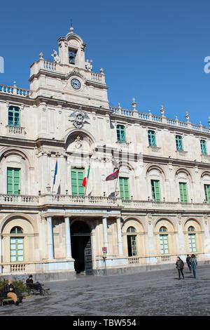 Catane, Sicile, Italie - 10 Avril 2019: beau bâtiment historique de Catane Université construite en style baroque. La plus ancienne université. Capturé sur photo verticale. Banque D'Images
