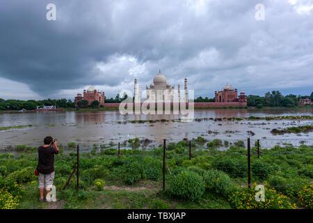 Prendre une photo de touriste Mehtab Bagh, Taj Mahal View Point, Agra, Uttar Pradesh, Inde Banque D'Images