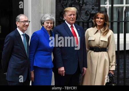Londres, Royaume-Uni. 4 juin, 2019. Le Président américain Donald Trump (2e R) et de la Première Dame Melania Trump (1e R) de poser pour des photos avec le Premier ministre britannique Theresa May (2e L) et son mari Philip mai (1ère L) au 10 Downing Street à Londres, Angleterre le 4 juin 2019. Credit: Alberto Pezzali/Xinhua/Alamy Live News