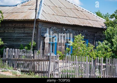 Voir de vieille maison de bois en été dans le pays avec une antenne satellite