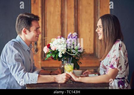 Photo de la romantique en couple dans un pub Banque D'Images