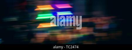 Résumé arrière-plan flou, points lumineux multicolores sur une sombre. Bannière Web pour votre conception. Banque D'Images