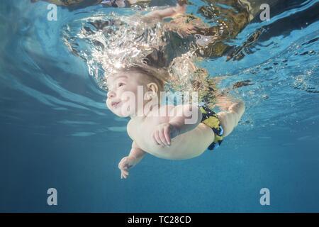 Baby Boy de plongée dans la piscine, sports d'eau pour le développement de l'enfant, de l'Ukraine Banque D'Images