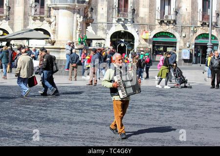 Catane, Sicile, Italie - 10 Avril 2019: jouer à l'accordéon sur busker la Piazza Duomo Square dans le centre-ville. La performance de rue. Banque D'Images