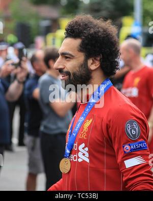 2 juin 2019, Liverpool, Angleterre; Ligue des Champions, Liverpool FC gagnants de la Ligue des Champions et célébrations; bus à toit ouvert Mohamed Salah (11) de Liverpool Crédit: Mark Cosgrove/News Images Banque D'Images