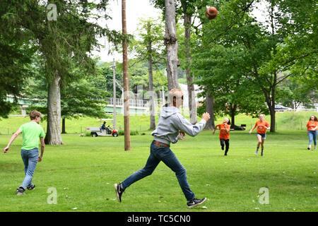 Les étudiants du secondaire et des enseignants à jouer au ballon, jeu Wellsville, New York, USA. Banque D'Images