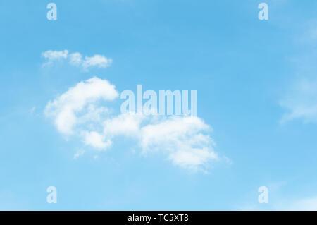 Les nuages en après-midi d'été ensoleillé Banque D'Images