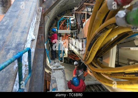 """Moscou, Russie. 25 Jan, 2019. Les gens travaillent à l'intérieur d'un tunnel boring machine (TBM) à Moscou, capitale de la Russie, le 25 janvier 2019. Depuis août 2017, la Chine de la construction du chemin de fer Corporation Limited (CCETP) a été la création d'une section de 4,6 km et 3 stations sur la ligne """"grand cercle"""" à Moscou, qui sera terminée d'ici la fin de 2020. En février de cette année, a remporté un autre CRCC metro contrat de construction et devrait commencer en décembre 2019 l'effet tunnel. Credit: Bai Xueqi/Xinhua/Alamy Live News Banque D'Images"""