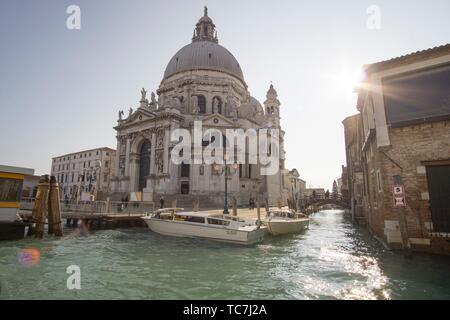 Venise, Vénétie, Italie: l'église Santa Maria della Salute au Grand Canal.