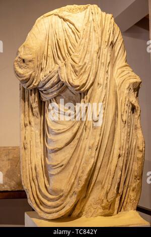 Estatua togada procedente del Foro, Siglo I, Museo-Centro de interpretación del Parque Arqueológico de Saelices Segóbriga,, Cuenca, Communauté Valencienne Banque D'Images