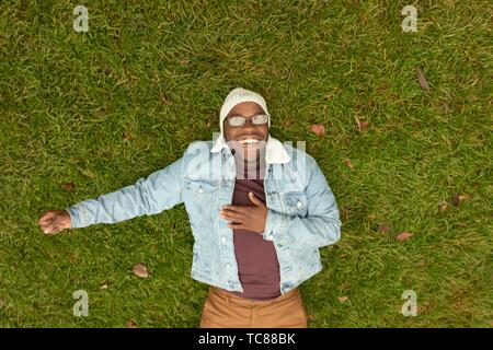 Man laying on meadow, relaxant, à Munich, en Allemagne. Banque D'Images