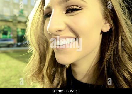 Femme heureuse avec sourire à pleines dents, à Munich, en Allemagne.