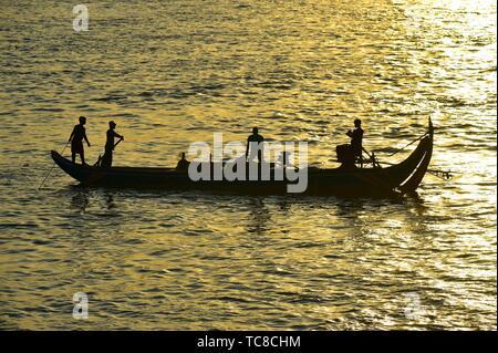 Les pêcheurs au lever du soleil, la rivière Tonle Sap, Phnom Penh, Cambodge, Asie du Sud Est. Banque D'Images
