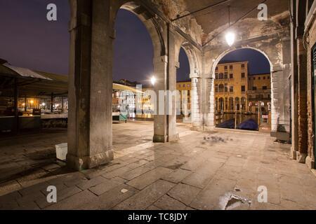 Venise Vénétie Italie le 19 janvier 2019: Crépuscule à Grand Canal. Marché du Rialto. Banque D'Images